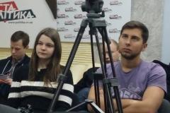 staring_press_conference_Che_02